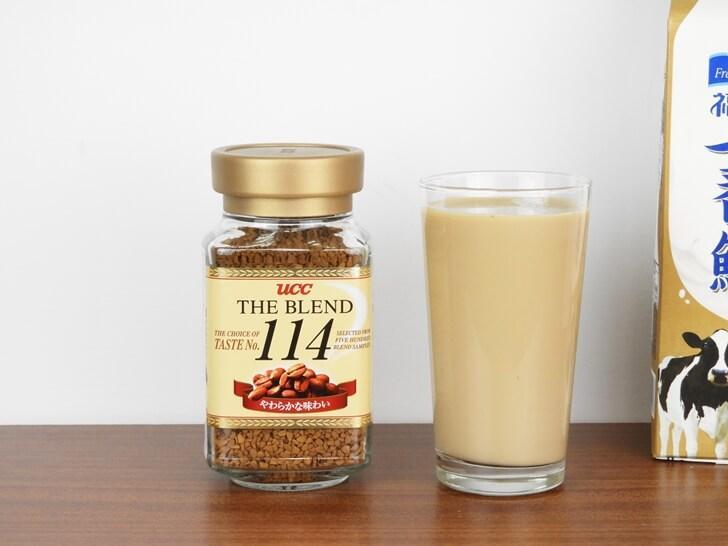準備享用 UCC 114 即溶咖啡調製的拿鐵咖啡