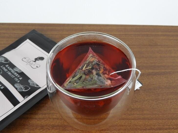 準備享用午茶夫人覆盆子萊姆果味茶