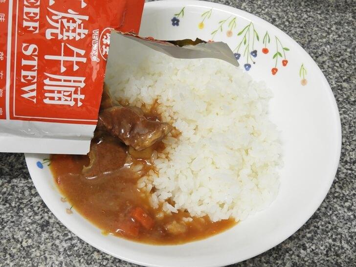 味王調理包紅燒牛腩倒入剛準備好的白飯