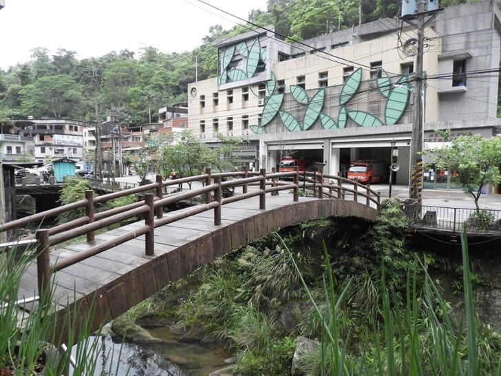 崩山溪上的橋及對面的消防隊