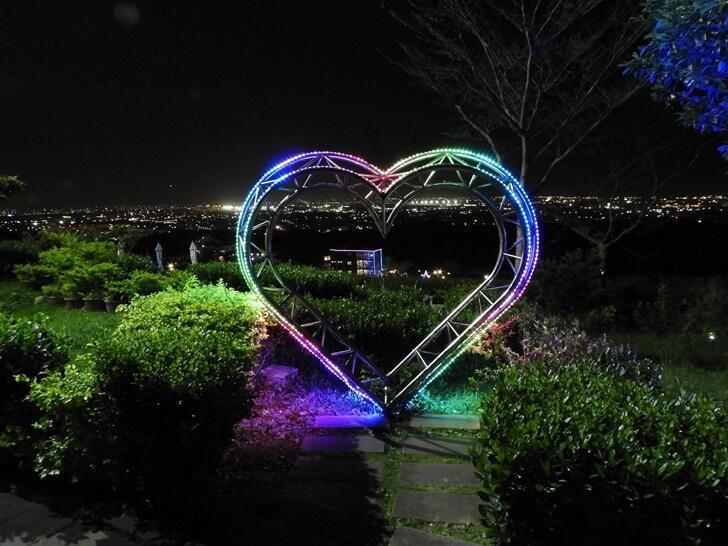 愛心搭配夜景簡直超浪漫