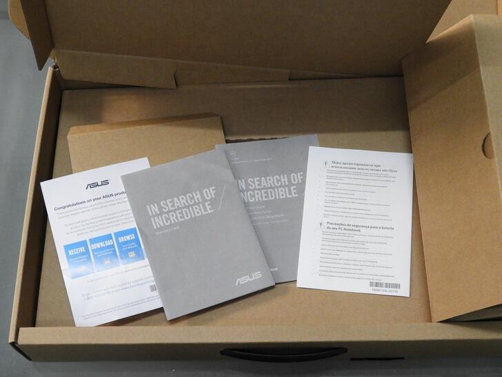 盒子底下有說明書及產品保固卡